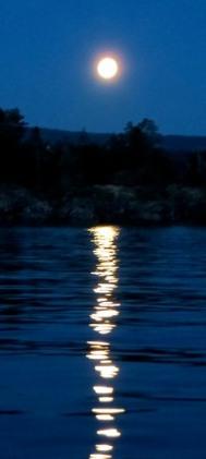 img-moonrise-water